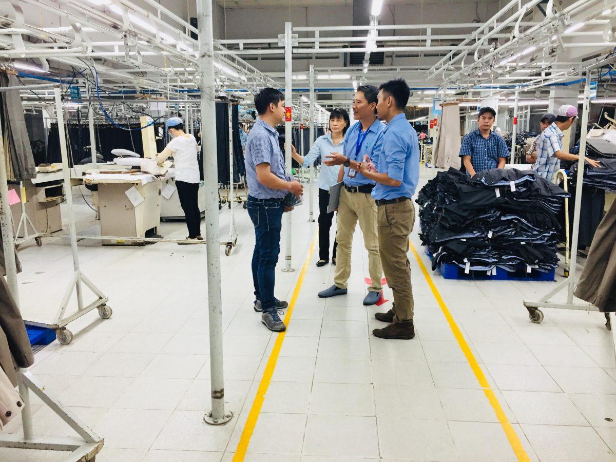 đoàn đánh giá IQC phỏng vấn tại nhà máy