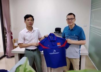 Ông Doãn Hữu Quang (bên trái) trao tặng áo thi đấu cho đại diện câu lạc bộ bóng bàn Yên Xá