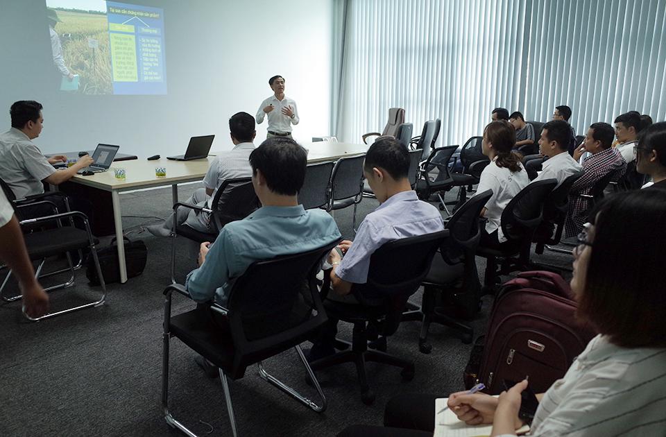 Tiến sĩ Hán Quang Hạnh, chuyên gia đánh giá GLOBALG.A.P., giảng viên GLOBALG.A.P. trình bày tại hội đàm.